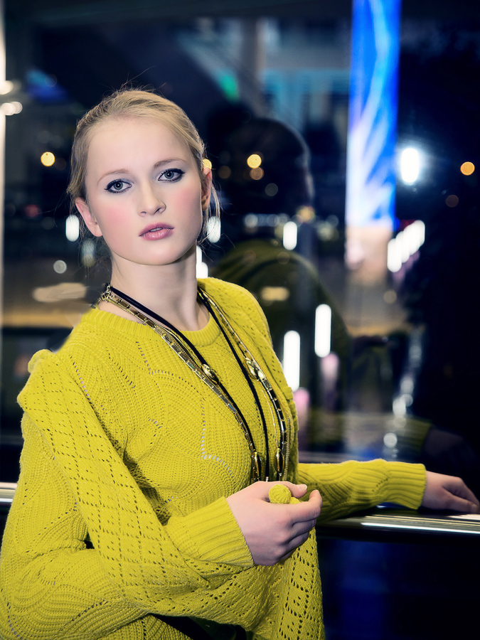 Портрет девушки на фоне ночного города